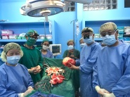 Drs Sim Chiang Khi, Tan Chong Tien, Lo Wai Kit, Seow Lay Tin, and Matron Nancy Low removing a giant kidney tumor