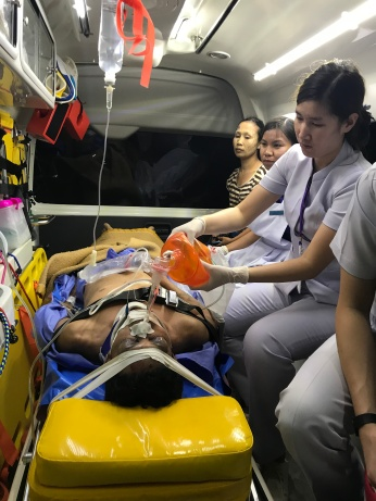 SN Kluay transferring a severe head injury patient